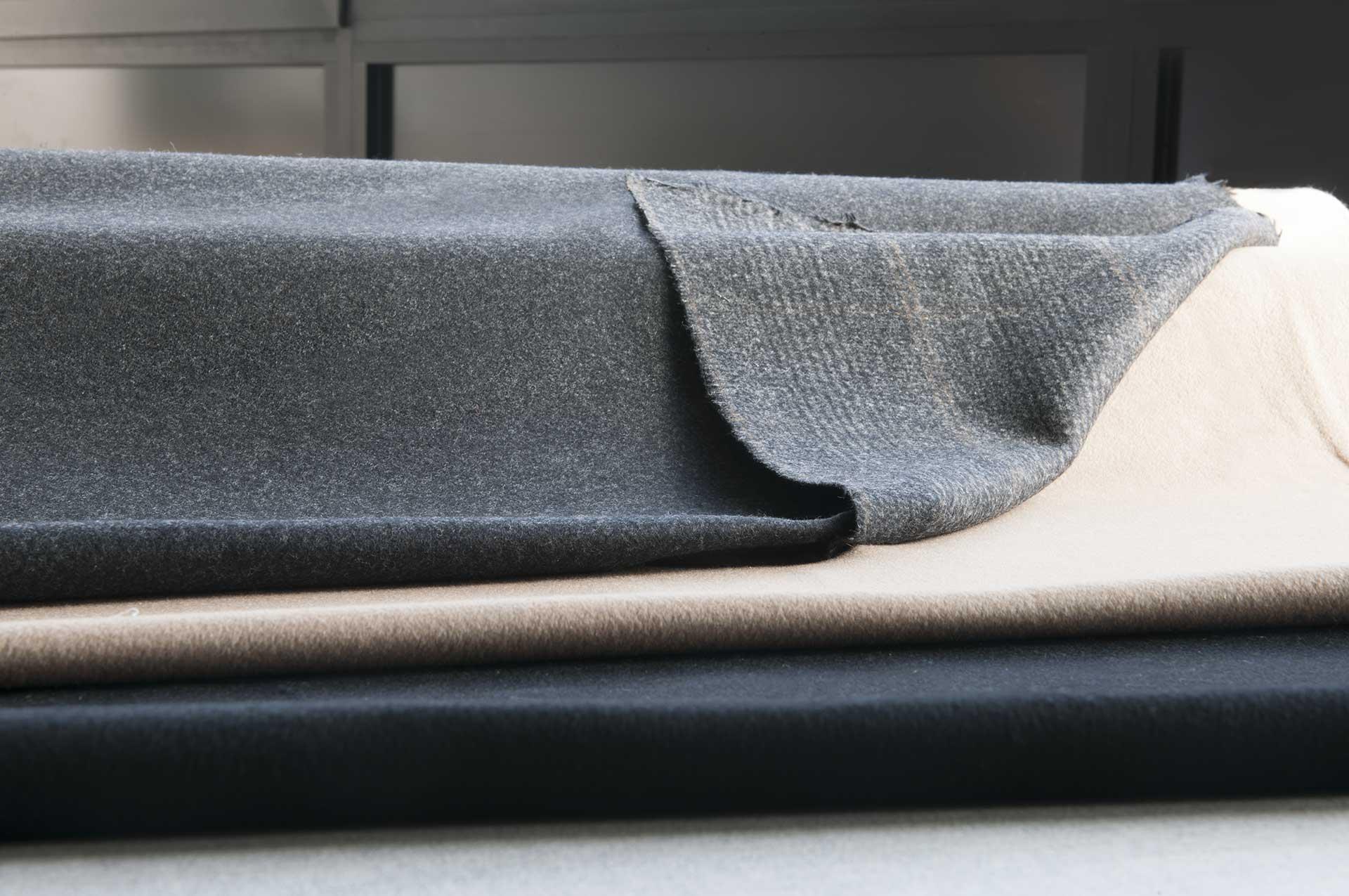 Crilù ingrosso tessuti dispone di una vasta gamma di tessuti di altissima qualità per uomo. Potrete acquistare all'ingrosso tessuti di pregio come: Pura lana - lana cashmere - lana seta - lana mohair - puro cashmere - cashmere double - cashmere seta - cashmere lino - cashmere cotone - cammello - guanaco - velluto - cotone - lino - seta. Fodera viscosa e cupro unita e jacquard.